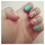 Nail art colorata con un cotton fioc